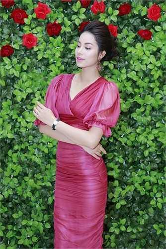 Làn da trắng mịn màng của người đẹp được tôn vinh trong trang phục màu hồng sẫm ngọt ngào.