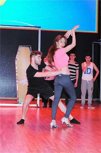 Chỉ còn hai đêm thi nữa, Bước nhảy hoàn vũ sẽ tìm ra ngôi vị quán quân cho mùa thứ 6. Tuần này, các thí sinh và bạn nhảy của mình sẽ hóa thân thành các cặp đôi nổi tiếng.