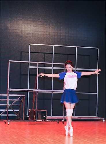 Rũ bỏ nét mạnh mẽ, cá tính thường thấy, trong đêm Bán kết lần này Diệp Lâm Anh quyết định 'làm khó' bản thân khi kết hợp ba thể loại nhảy múa Ballet, Dancesport và Hiphop vào cùng một tiết mục.
