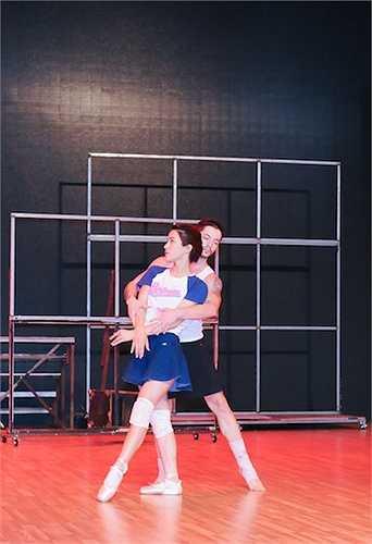 Cô sẽ vào vai Nina Sayers trong bộ phim Thiên nga đen, 'kể' câu chuyện về sự khổ luyện của vũ công Ballet trẻ Nina Sayers dưới sự giám sát hà khắc của đạo diễn Thomas Leroy trên đôi giày mũi cứng.