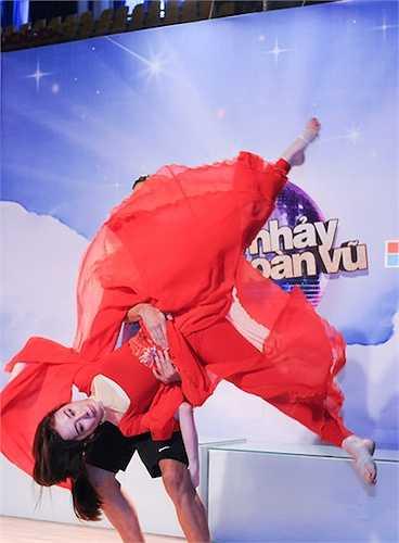 Để có thể chinh phục chủ đề 'Hóa thân thành cặp đôi nổi tiếng', Angela Phương Trinh và bạn nhảy Kris đã quyết định chọn hình tượng của hai nhân vật Thúy Kiều và Từ Hải cho phần thi của mình