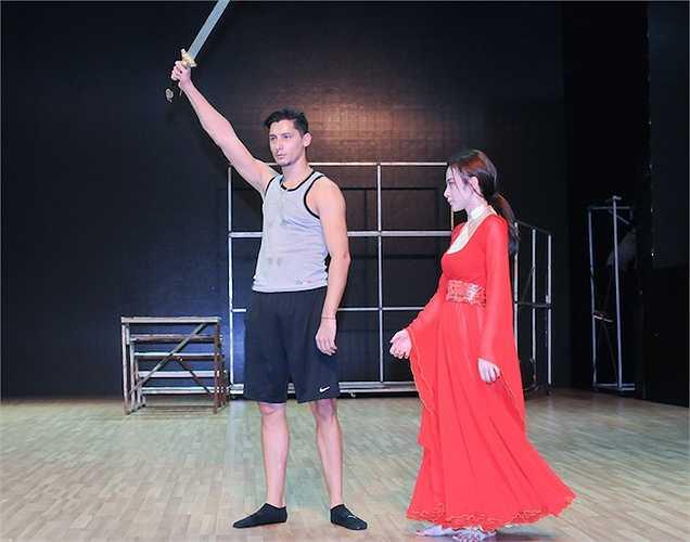 Bi kịch tình yêu với sự hối hận, dằng xé này sẽ được cặp đôi biểu diễn qua điệu Rumba và Pasodoble, kết hợp với tuồng cùng nghệ thuật múa kiếm.