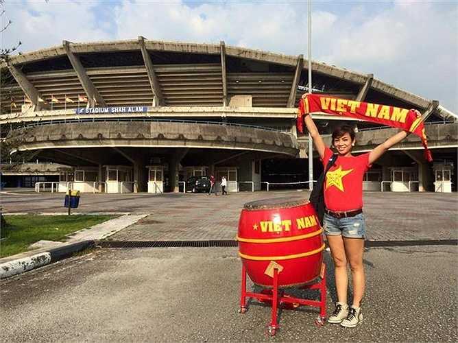 Chị Hoàng Yến - Phó chủ tịch phụ trách hậu cần của Hội CĐV bóng đá Việt Nam (VFS), hiện đang có mặt tại sân Shah Alam để tiếp thêm sức mạnh cho thầy trò HLV Miura.