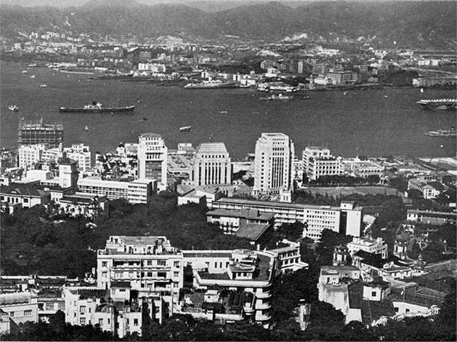 Năm 1985, ông mua lại Hongkong Electric Holdings là doanh nghiệp dẫn đầu trong lĩnh vực bán lẻ với hàng ngàn cửa hàng