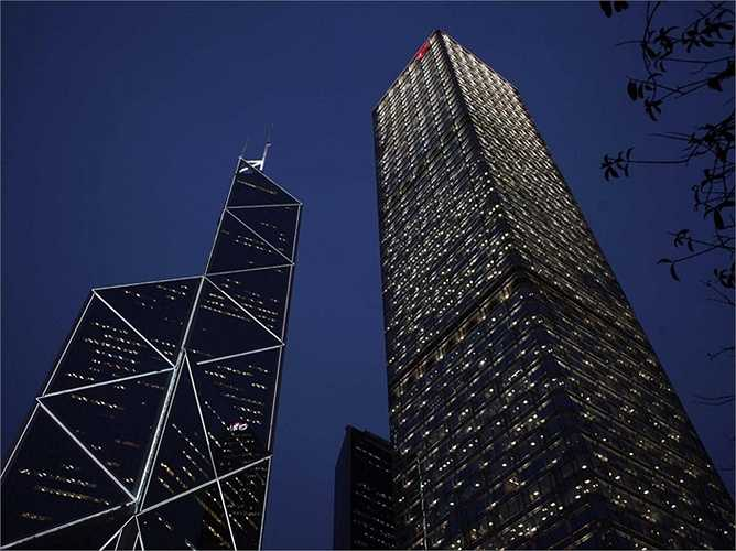 Tòa nhà Central Kong Hong Kong thuộc sở hữu của ông, đây cũng là tòa nhà cao thứ 3 ở thành phố này. Văn phòng của ông nằm trên đỉnh cao nhất