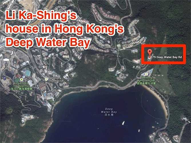 Ngôi nhà của ông và gia đình đang ở nằm trong khu Deep Water. Con trai ông là Li Tzar-kuoi, hiện giữ chức Phó Chủ tịch Cheung Kong. Cậu con trai này từng bị bắt cóc năm 1996, sau đó phải trả một khoản tiền chuộc rất lớn