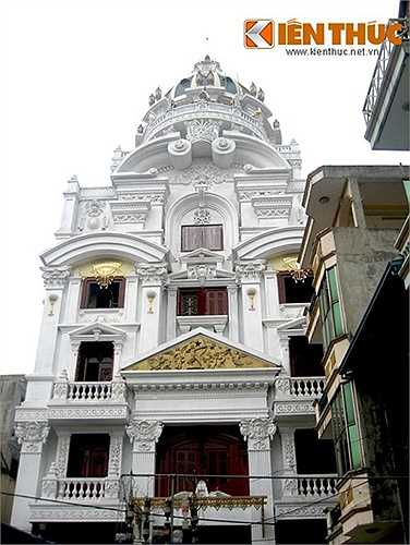 Công trình được sơn trắng toàn bộ, nổi bật hơn hẳn so với các công trình khác xung quanh. Màu sơn trắng khiến chi tiết mạ vàng tại cửa sổ và tháp nhọn trên nóc nhà thêm rõ nét.
