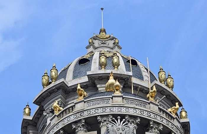 Nhìn vào độ bề thế và hoành tráng của công trình, có thể thấy độ chịu chơi của gia chủ. Trong hình là tượng gà vàng độc nhất vô nhị trên đỉnh chóp tòa lâu đài. Ảnh: Lê Hiếu