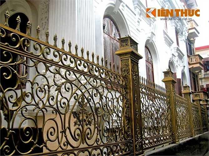 Hàng rào sắt với các họa tiết cầu kỳ đã được dựng lên.