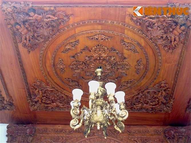 Tiền sảnh công trình được treo đèn chùm, ốp gỗ chạm khắc họa tiết mang dáng dấp châu Âu cổ điển.