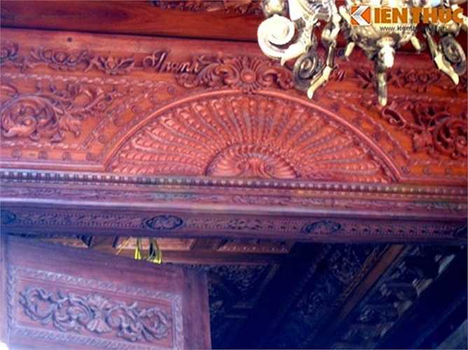Tên của gia chủ được cầu kỳ khắc trên trần gỗ ốp. Theo nhiều người dân ở đây thì công trình được sơn sửa, dọn dẹp sạch sẽ được gần 1 tháng.