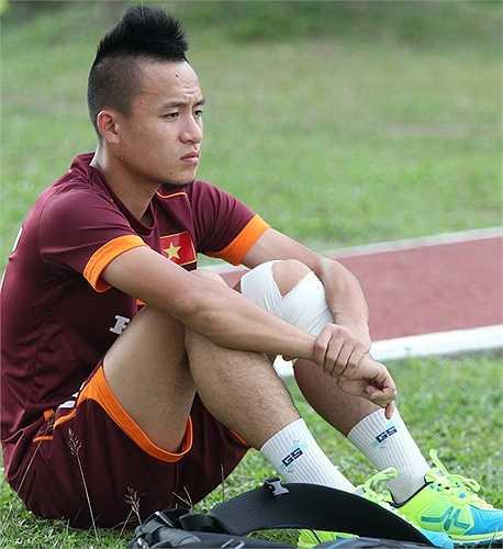 Huy Toàn buồn rười rượi nhìn đồng đội tập luyện.
