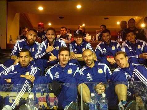 Hôm qua, Lionel Messi cho đăng tải những bức ảnh anh cùng đồng đội đến theo dõi một trận đấu bóng rổ, thuộc giải nhà nghề NBA, tại nhà thi đấu Washington Wizards.