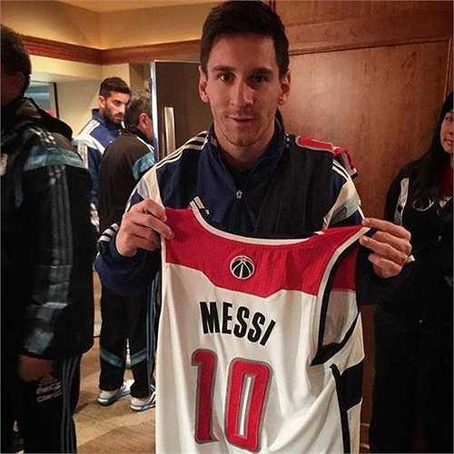 Háo hức với chiếc áo bóng rổ được tặng. Nhiều CĐV hỏi vui rằng, liệu chiếc áo này có quá dài với anh không? Và Messi có tính 'đổi nghề' sang chơi bóng rổ?