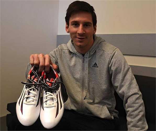Messi cũng đang tích cực khoe đôi giày mới Pibe De Barrio của Adidas thiết kế riêng cho anh.