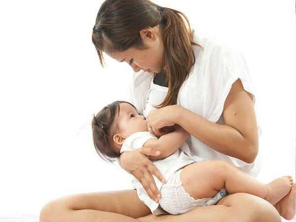 Giảm công dụng của sữa mẹ: Một số bà mẹ thường có thói quen vắt sữa trước và bảo quản trong tủ lạnh. Sữa mẹ đông lạnh khi được làm nóng bằng lò vi sóng có thể bị mất hoàn toàn dinh dưỡng và các vi khuẩn có lợi giúp tăng sức đề kháng cho trẻ sơ sinh cũng bị tiêu diệt.