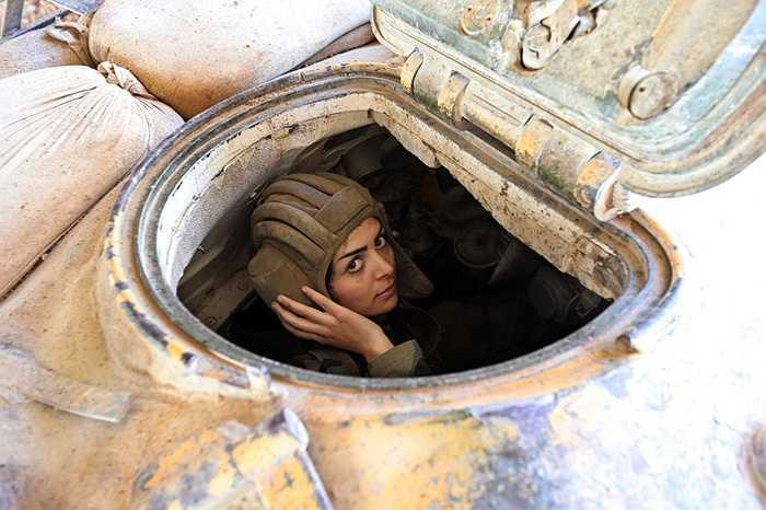 Nữ binh sĩ trong xe tăng chuẩn bị chiến đấu với lực lượng phiến quân