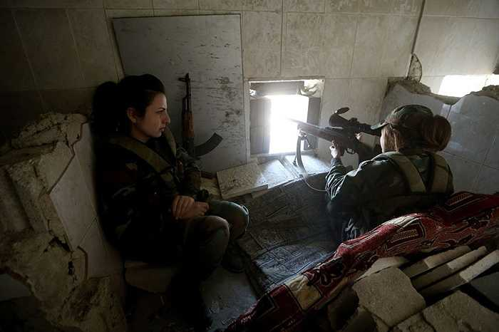 Nữ bắn tỉa làm nhiệm vụ từ nơi ẩn nấp