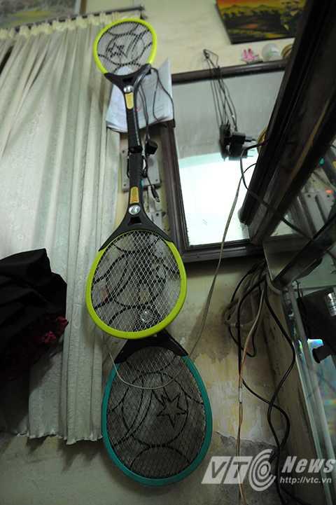 Rùng mình với cảnh muỗi bao vây nhà dân giữa lòng Hà Nội