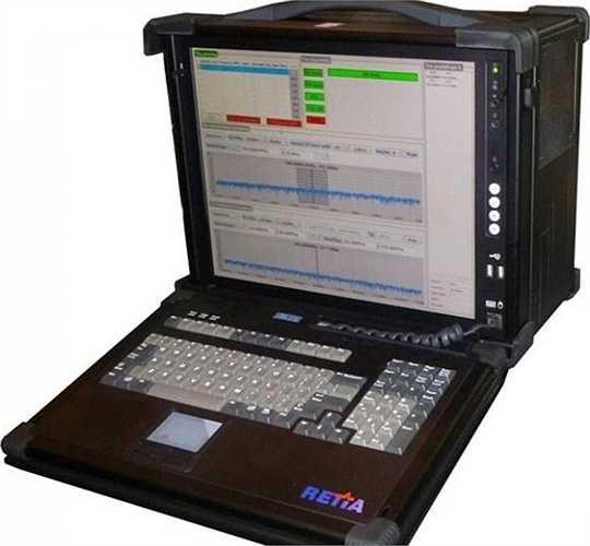 Ngoài ra, Công ty Retia của Séc còn tiến hành nâng cấp thành công tổ hợp gây nhiễu R-934U, theo military-retia.eu. R-934 là khí tài gây nhiễu vô tuyến cơ động hoạt động trên băng sóng VHF/UHF, tần số từ 100 MHz - 400 MHz ở mọi phương vị (360 độ). Nó được thiết kế để phát hiện, theo dõi các nguồn phát sóng vô tuyến và thực hành gây nhiễu/chế áp các hệ thống thông tin liên lạc VHF/UHF, cũng như vô hiệu các hệ thống điều khiển của máy bay chiến thuật đối phương. Trong ảnh: Màn hình hiển thị của tổ