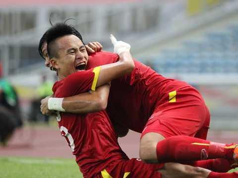 Huy Toàn ăn mừng bàn thắng với Mạnh Hùng
