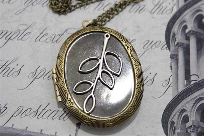 Mặt dây chuyền làm bằng đồng với hình cành lá cách điệu lạ mắt được khách hàng trẻ tuổi yêu thích, tìm mua.