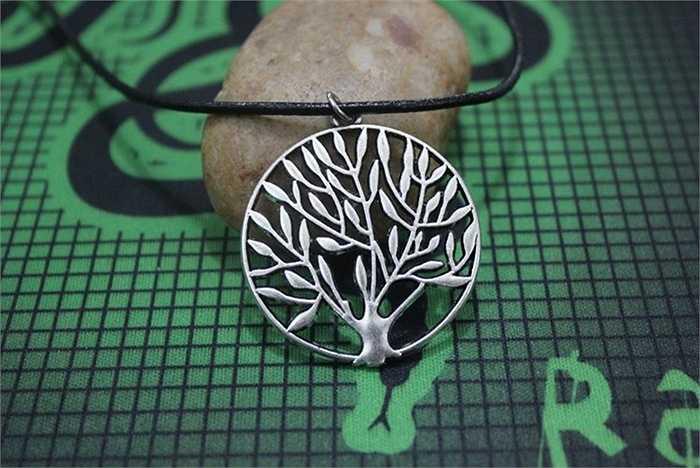 Một chiếc vòng 'tree of life', được làm bằng bạc, rao bán với giá 300.000 đồng. Theo chủ shop quà tặng trên phố Đội Cấn (Ba Đình - Hà Nội): 'Khách mua lẻ cũng có, những chủ yếu là các nhóm khoảng 5-10 người mua vòng, nhẫn giống nhau'.