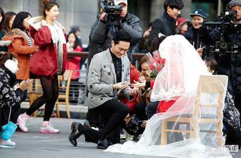 Nam tài tử nổi tiếng quỳ gối đeo nhẫn cho vợ.