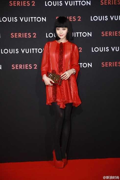 Nữ diễn viên 'đỏ rực' trên thảm đỏ.