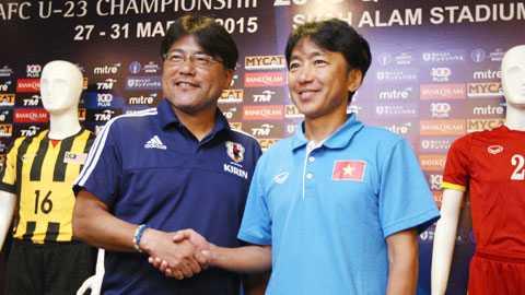 HLV Miura và HLV Teguramori trong buổi họp báo trước trận