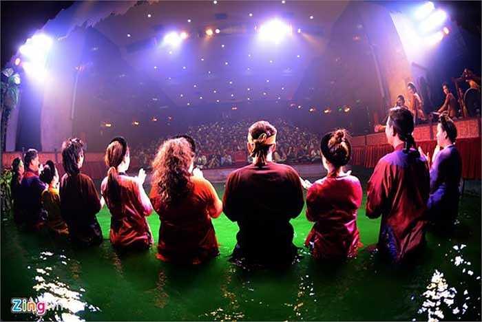 Buổi diễn kết thúc, các nghệ sĩ cởi bỏ trang phục cao su để diện đồ dân gian truyền thống xuất hiện trước sân khấu trong tràng pháo tay của khán giả. Với họ, đây là động lực lớn nhất để tiếp tục theo đuổi nghề nghiệp lâu dài.