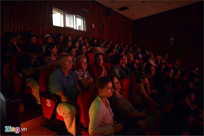 Bộ môn nghệ thuật múa rối nước nhiều năm qua thu hút đông đảo du khách nước ngoài. Mỗi ngày sân khấu đón hơn 1000 khán giả 'Tây' của các đoàn tour đến từ nhiều nước.