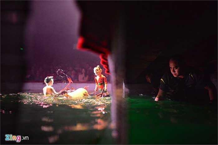 Để những con rối lướt nhẹ nhàng trên mặt nước hòa hợp theo kịch bản, các nghệ sĩ đã phải tập luyện mất nhiều thời gian trước đó. Đặc biệt, sự biểu cảm trên gương mặt người diễn viên không thay đổi liên tục như diễn kịch thông thường mà luôn tập trung cao độ.