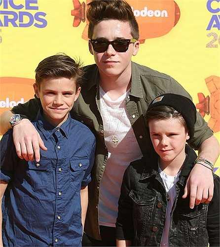 Hot boy 16 tuổi Brooklyn vui vẻ và tự tin thay bố mẹ đưa hai em trai tới một trong những sự kiện mà cả ba đều mong chờ mỗi năm.
