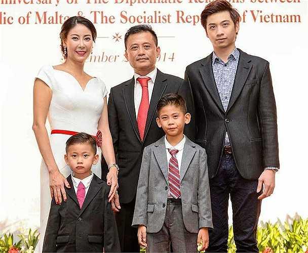 Sau thời gian 'ở ẩn' vì những trắc trở đường tình duyên, Hoa hậu Việt Nam 1992 trở lại đầy ấn tượng khi cưới một doanh nhân giàu có với hình ảnh viên mãn, hạnh phúc.