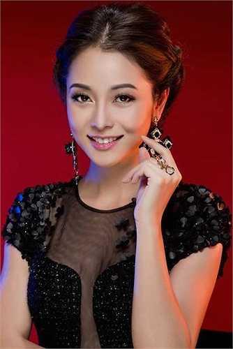 Hoa hậu châu Á tại Mỹ gốc Việt Jennifer Phạm ngay khi về nước đã chiếm được cảm tình của công chúng nhờ khuôn mặt khả ái.