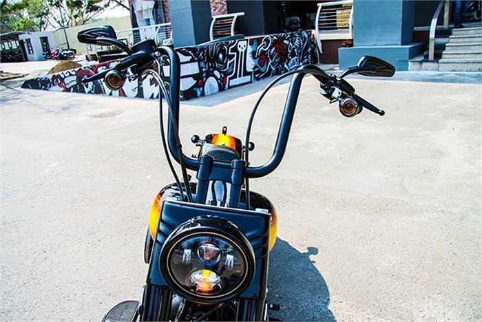 Các chuyên gia của Harley-Davidson of Sai Gon đã kết hợp các phụ kiện như tay lái, yên xe mới, các chi tiết lọc gió, ống xả theo phong cách Dark Custom của Harley-Davidson.