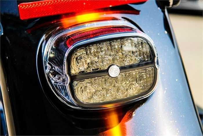 Đèn hậu sử dụng công nghệ LED, tiết kiệm năng lượng và tăng độ sáng.