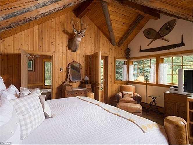 Phòng ngủ của chủ nhân đang trang trí với 'chiến lợi phẩm' của những lần đi săn