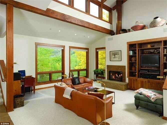 Một phòng khách khác lại mang hơi hướng hiện đại hơn với ghế sa lông và dàn TV