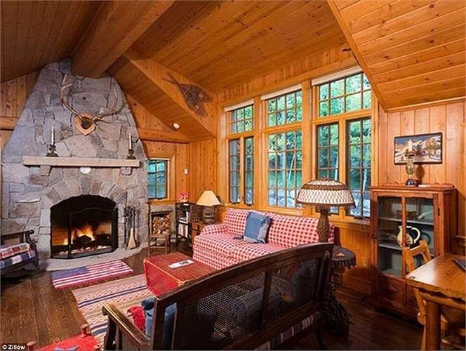 Phòng khách lại có phần đơn giản nhưng ấm cúng