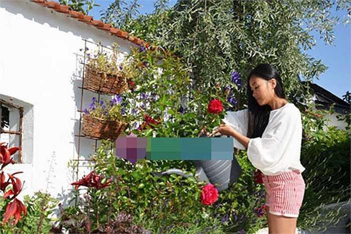 Đoan Trang đặc biệt yêu thích không gian trong lành, tràn ngập cây xanh và hoa tươi của nhà chồng.