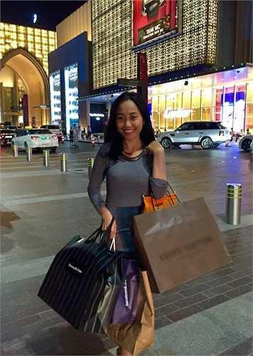 Đoan Trang cũng mua sắm nhiều đồ thời trang đắt tiền trong chuyến đi.