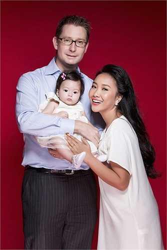 Nhóc tì xinh xắn mới ra đời càng khiến hạnh phúc của Đoan Trang thêm trọn vẹn.