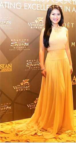 Nữ diễn viên 'Hiệp sĩ mù' diện một chiếc đầm vàng nổi bật.