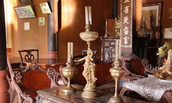Ngôi nhà cổ được xây dựng từ năm 1850 của dòng họ Phan ở Cái Bè - Tiền Giang hiện còn nguyên vẹn nhiều đồ vật được gia chủ kỳ công tìm mua về để sử dụng và làm đẹp cho nhà. Hài hòa của 2 lối kiến trúc Á - Âu, ngôi nhà có nhiều vật dụng độc đáo. Trong hình là bộ đèn có tuổi đời hàng trăm năm.