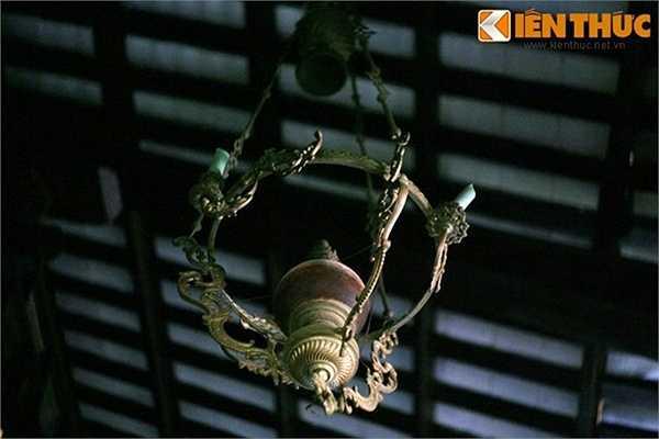 Nhà Đốc Phủ Hải ở Gò Công, tỉnh Tiền Giang còn giữ lại nhiều món đồ cho thấy độ giàu có, cầu kỳ chọn đồ dùng trong nhà của gia chủ. Trong hình là chiêc đèn treo trần kiểu châu Âu.