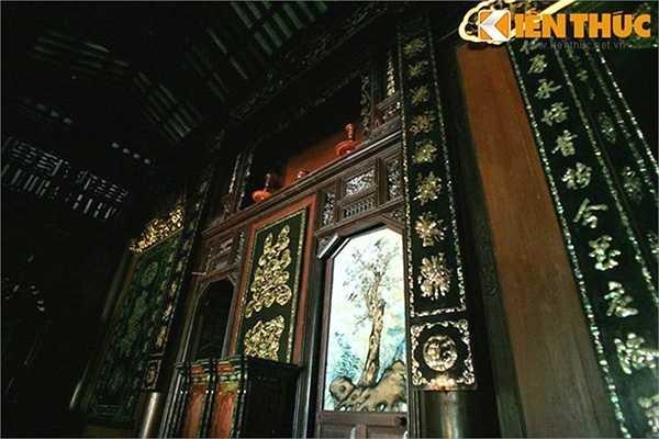 Liễn đại tự để thờ, tranh treo trên tường đều được khảm xà cừ óng ánh, độc đáo.