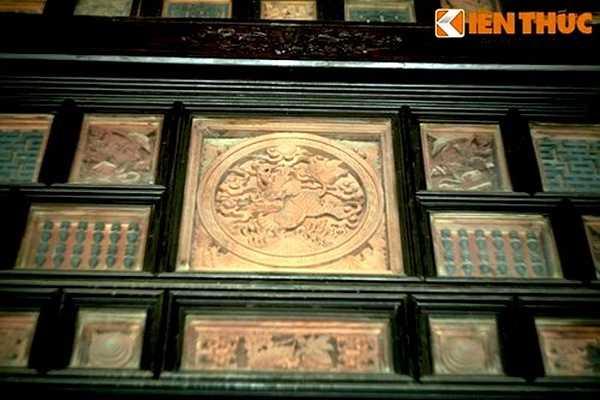 Nhiều tranh điêu khắc đặt trong khung kính, tạo điểm nhấn khác biệt cho ngôi nhà.