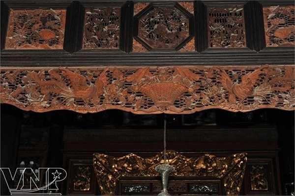 Rèm gỗ trước gian thờ nhà cổ của dòng họ Dương ở Cần Thơ được chạm khắc rất cầu kỳ hình con vật, hoa cỏ với nhiều ý nghĩa phong thủy.